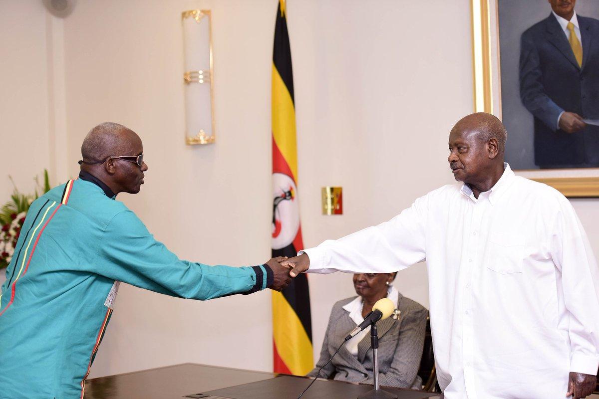 Gen Tumwine ng'akutta mu ngalo za Pulezidenti Museveni