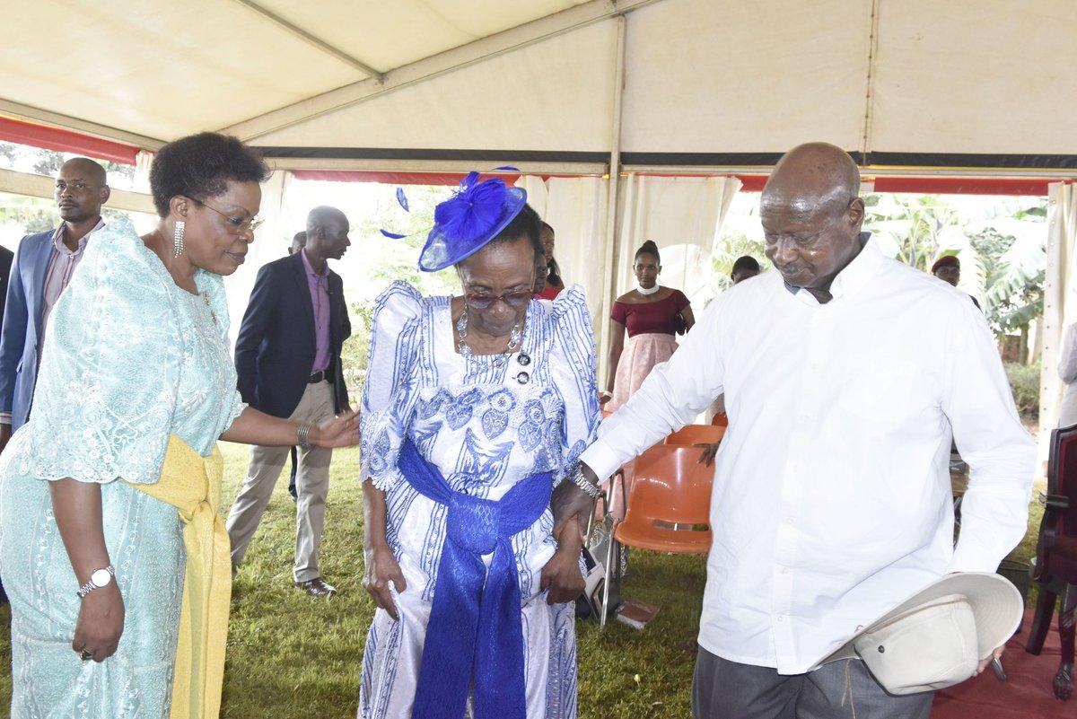 Minisita Beti Kamya, nnyina Margaret Kamya ne Pulezidenti Museveni